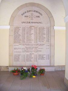 """Gedenktafel für die Opfer des II. Weltkrieges Material: """"Schönbrunner Sandstein"""" Inschrift vertieft, Friedhofshalle Häselrieth"""